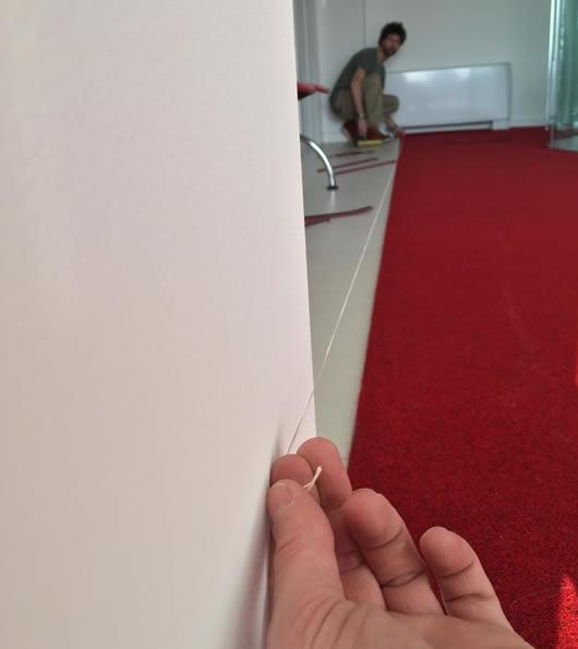 lavorazione ed allineamento di uno zerbino di colore rosso