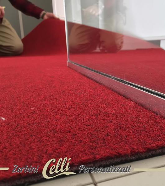 Fase di sagomatura di uno zerbino di colore rosso