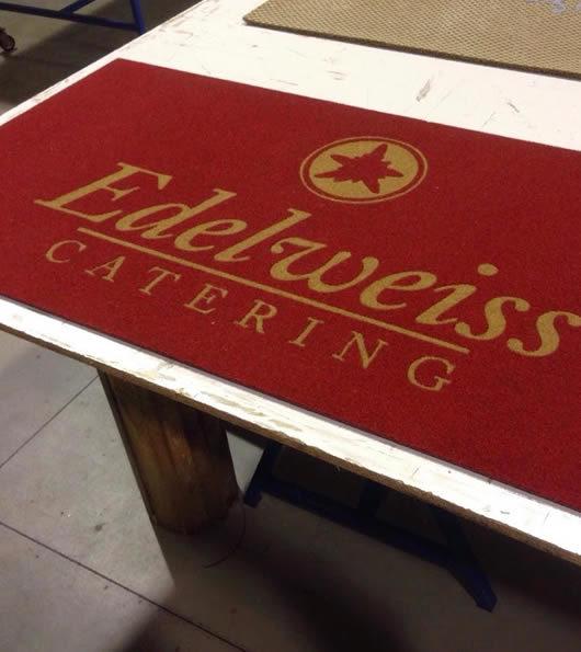 tappeto con logo personalizzato di edelweiss catering