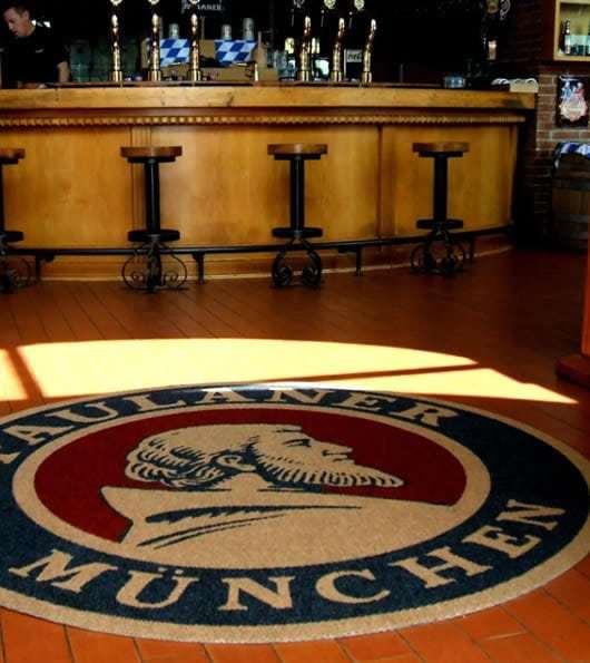 tappeto personalizzato per un pub con logo della birra Paulaner