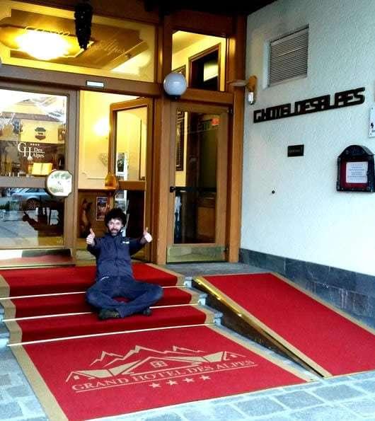 zerbino personalizzato da esterno con logo Grand Hotel Des Alpes
