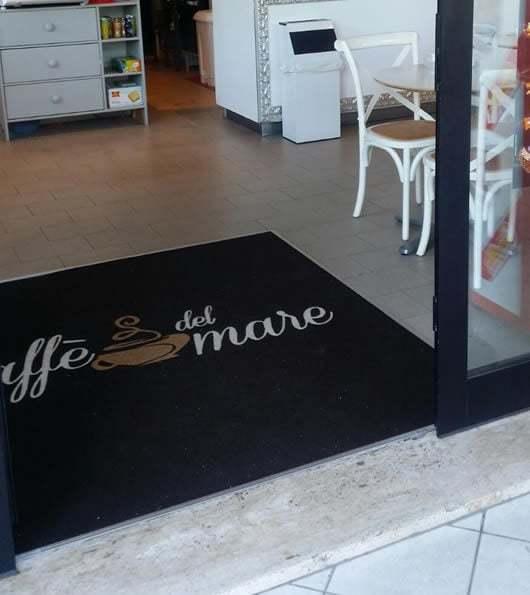 zerbino con il logo personalizzato del Bar caffe del mare installato all'interno