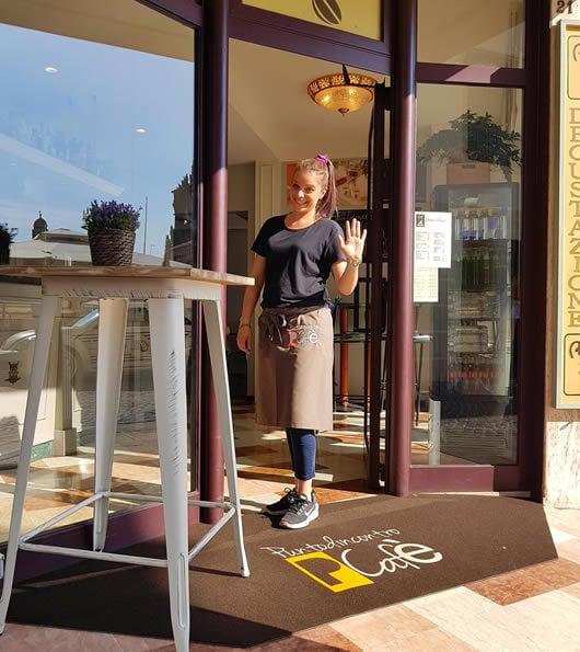 zerbino personalizzato da esterno con logo del Puntodincontro P Cafè