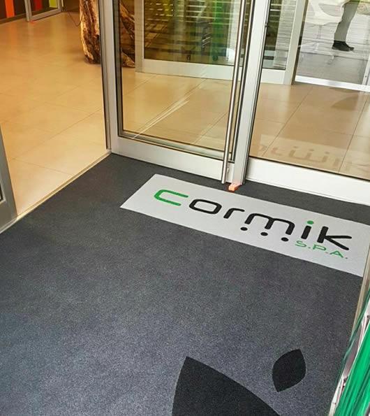 zerbino personalizzato da esterno con logo della ditta cormik s.p.a