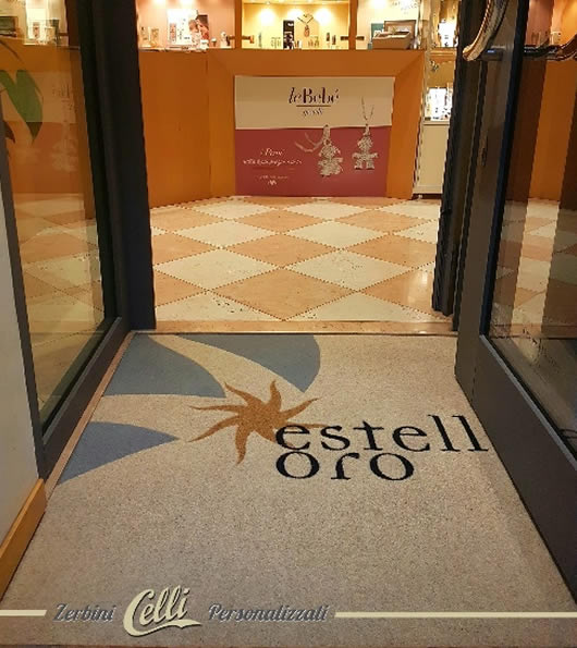 Foto di zerbino personalizzato con logo dell'Hotel Estelle Oro