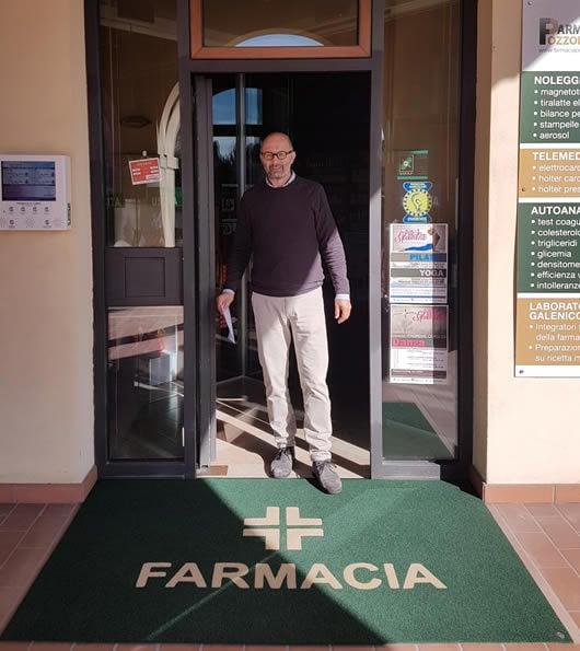 zerbino personalizzato da esterno con il logo generico per una farmacia