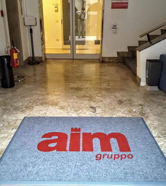 zerbino personalizzato da interno con logo del Gruppo Aim